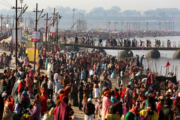 Tisícky hindov prichádzajú na posvätné miesto Sangam, sútok riek Gangy, Jamuny a Saraswati v severoindickom meste Iláhábáde.