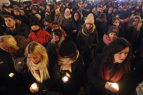 Obyvetalia mesta Gdansk počas pietnej spomienky na starostu Pawela Adamowicza.