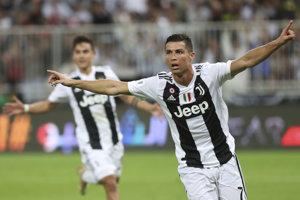 Cristiano Ronaldo oslavuje víťazný gól v zápase Talianskeho superpohára proti AC Miláno.