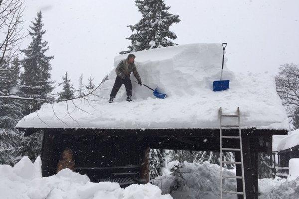 Odstraňovanie snehu z budov Hviezdoslavovej hájovne pod Babou horou.