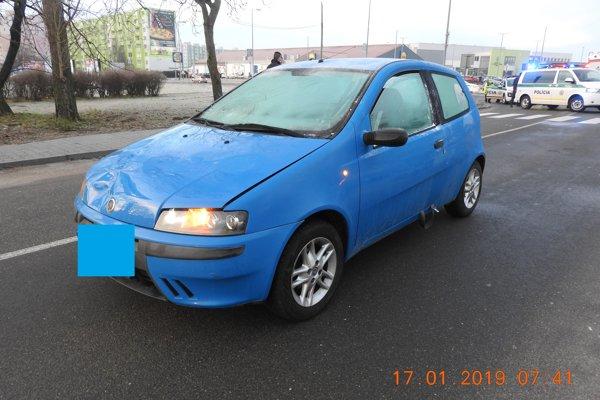 Vodič tohto auta zrazil staršiu ženu dnes ráno.