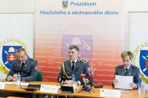 Zľava: Riaditeľ odboru riadenia hasičských jednotiek Prezídia HaZZ Adrián Mifkovič, prezident HaZZ Alexander Nejedlý a riaditeľka odboru prevencie Prezídia HaZZ Jana Morávková.
