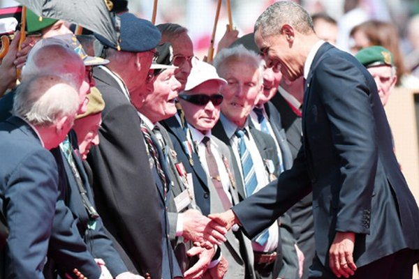 Francúzskych odbojárov pozdravil aj Barack Obama, Ondrej Bubniak je na fotografii prvý vľavo od amerického prezidenta.