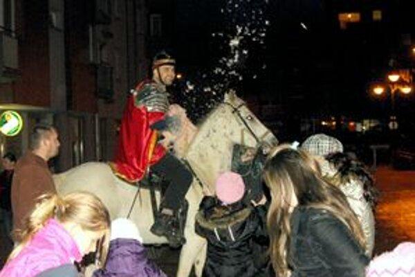 Takto prišiel Martin na svojom povestnom bielom koni do Púchova.