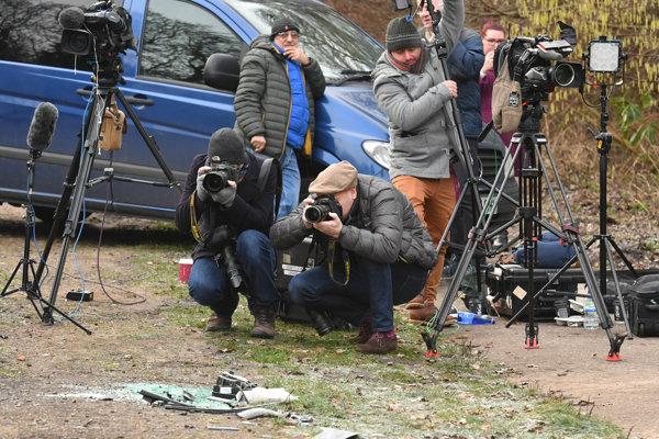 Novinári na mieste nehody.