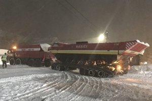 Hasiči bojujú so snehom na Orave už niekoľko dní.