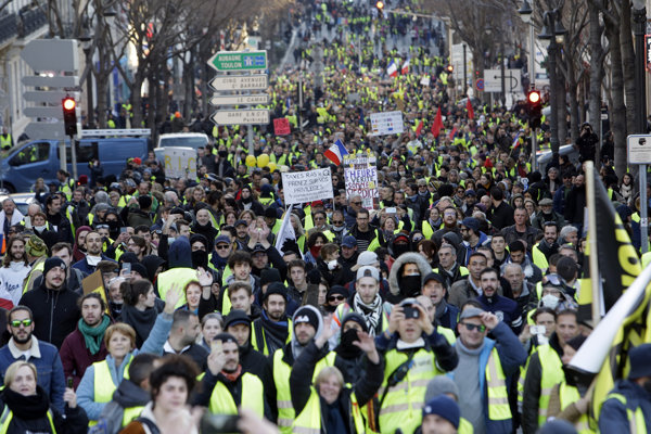 Tisíce demonštrantov vyšli opäť do ulíc.