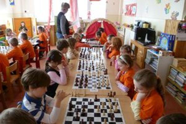 Po troch mesiacoch už deti hrajú na malých šachovniciach proti súperovi. Po ďalších dvoch mesiacoch začínajú s výmennými turnajmi v Materskej škole Moyzesova v Ružomberku.
