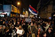 Protesty proti srbskému prezidentovi Vučičovi pokračujú.