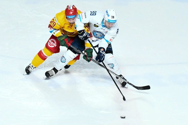 Ruský hokejista Obuchov (vľavo) musel v Trenčíne skončiť.