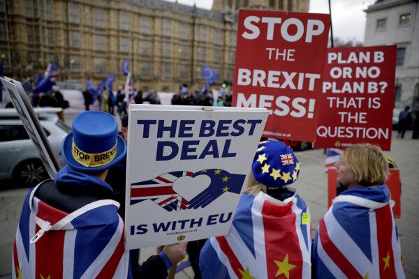 Čoraz viac Britov rozhodnutie z referenda ľutuje.