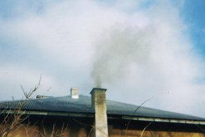 Zlému ovzdušia prispieva aj nesprávne kúrenie a spaľovanie nevhodných vecí v peciach.