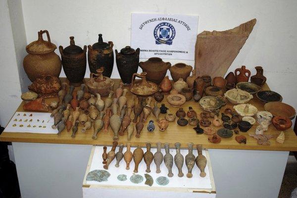 Skonfiškované predmety odhadli na šesťstotisíc eur.