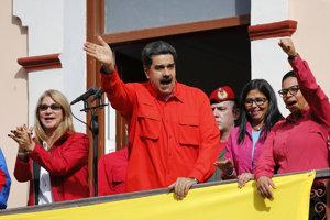 Nicolás Maduro vystupuje pred svojimi priaznivcami.