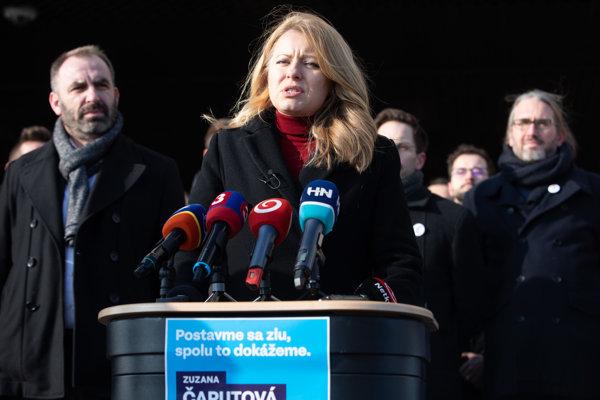 Zľava: Podpredseda hnutia Progresívne Slovensko Michal Truban a kandidátka na prezidentku Zuzana Čaputová počas tlačovej besedy.