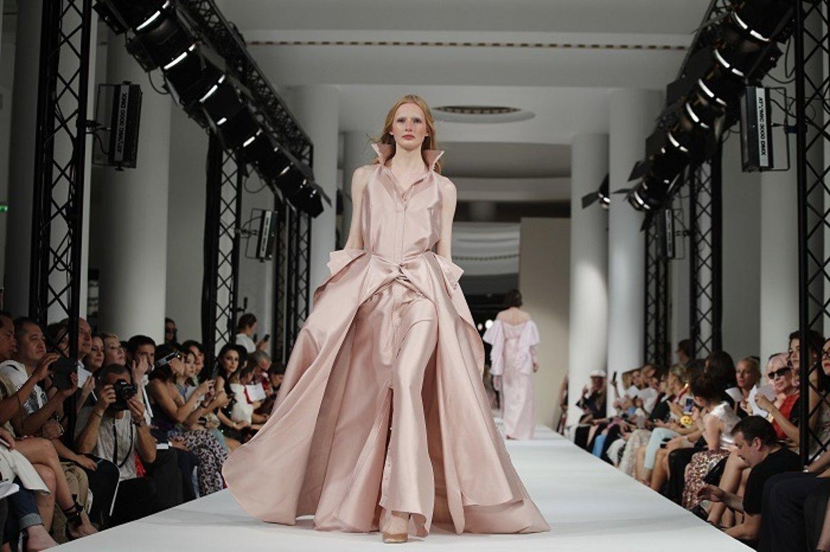 Trendy podľa dizajnérov  Plesové šaty na šesť rôznych spôsobov ... d164544d5af