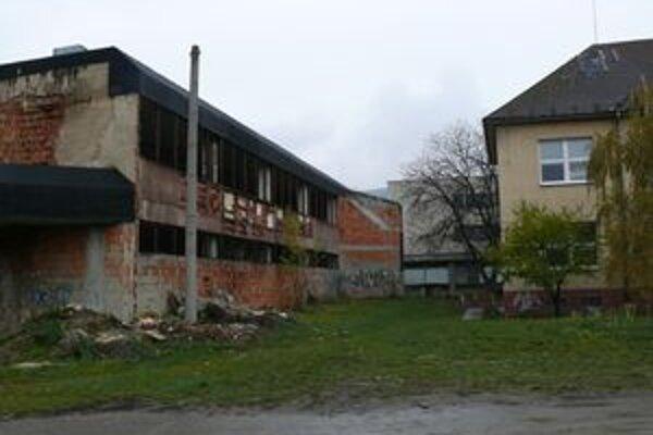 Horelo v tomto opustenom objekte, ktorý sa nachádza kúsok od školy.
