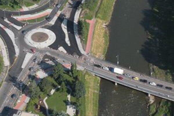Na moste ponad Váh začali robiť opravy. Vodiči, ktorí pôjdu do Palúdzky alebo opačným smerom, musia rátať s dopravnými obmedzeniami.