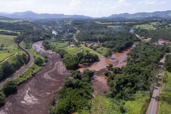 Úrady z mesta Brumadinho na sociálnych sieťach obyvateľov varovali, aby sa vzdialili od rieky Paraopeba, kde sa priehrada nachádzala.