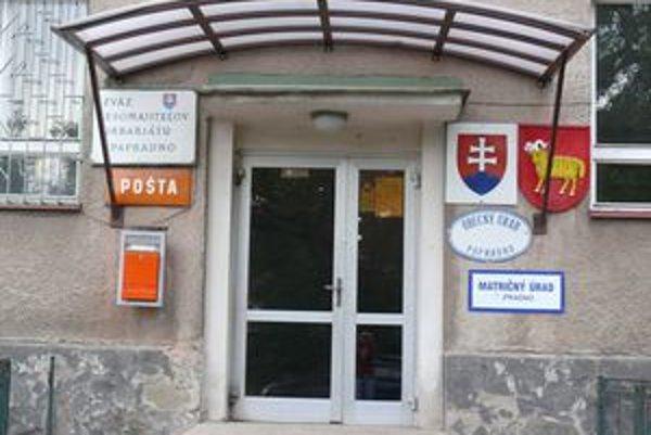 Z budovy obecného úradu v Papradne ukradli trezor, ktorý patril Slovenskej pošte.