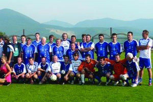 Spoločná fotografia Dulovčanov (v modrom) a hráčov MUFUZY.