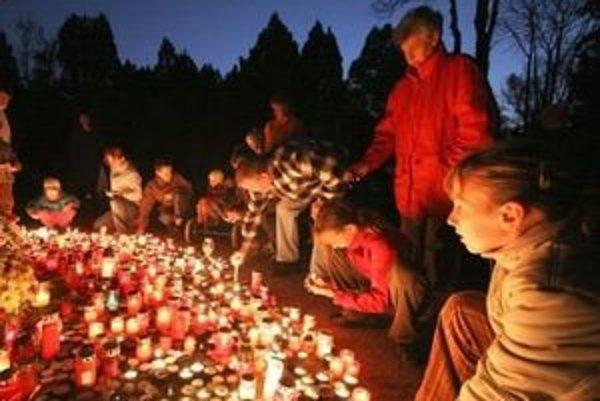 Kelti prvého novembra zapaľovali posvätné ohne. Katolíci si vtedy pripomínajú svojich svätcov a o deň neskôr rozsvecujú sviečky na hroboch zosnulých.
