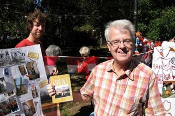 Pieter na Ukrajine s knihou, ktorú vydal po znovuobjavení ukrajinskej soľnej bane.