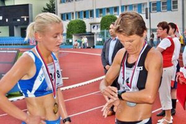 Jana Zatlukalová (vľavo)vyhrala 1500 aj 3000 metrov a prispela výrazne k dubnickému titulu.