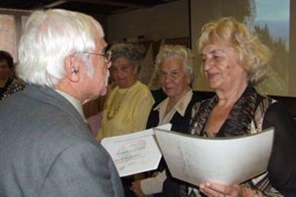 Darina Majeríková, predsedníčka Miestnej organizácie Jednoty dôchodcov Slovenska v Závažnej Porube, dostala vyznamenanie.