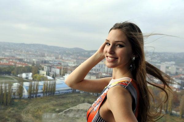 Laura Longauerová počas fittingu šiat pred odchodom na Miss  World v novembri 2014.