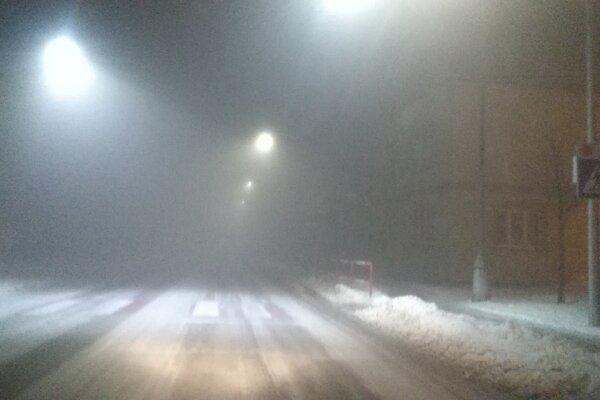 Aj v Piešťanoch je hustá hmla a šmykľavé cesty.
