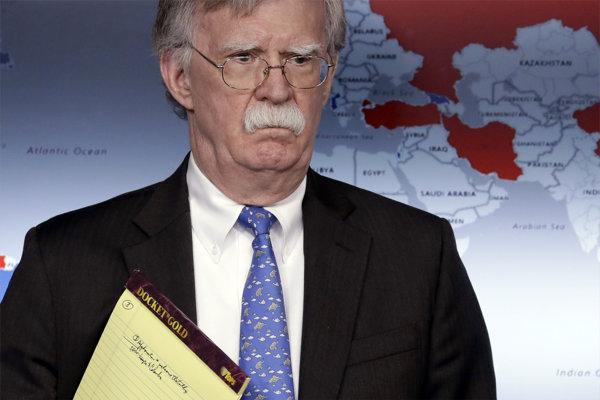 Poradca amerického prezidenta pre národnú bezpečnosť John Bolton s podozrivou poznámkou v notese.