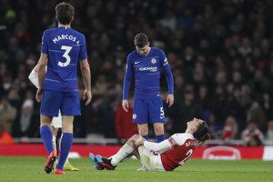 V zápase proti Chelsea sa zranil aj dlhoročný hráč Arsenalu Hector Bellerin.