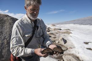 Gifford Miller drží nájdený zachovaný mach.