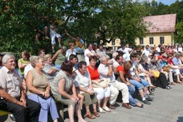Program, ktorý bol na námestí pred kostolom, sa divákom páčil.