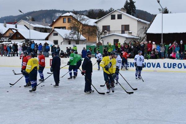 Popradskí hokejisti si zatrénovali v Novej Ľubovni pod holým nebom.