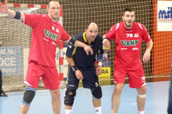 Bývalý hráč Pov. Bystrice Marek Tůma (vpravo) patril k najlepším hráčom Hraníc.