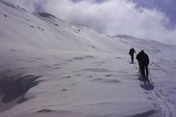 Na hrebeňoch hôr je silný nárazový vietor.