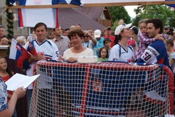 Ján Laco s rodinou. Brankára  prekvapili kamaráti aj susedia v Demänovej. Príjemne ho privítali a dobre sa zabavili.