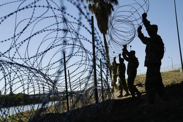 Vojaci nainštalujú aj 240 kilometrov ostnatého drôtu, ktorý má zabrániť migrantom v nelegálnom vstupe na územie Spojených štátov.