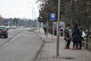 Neznámy muž, ktorý obťažuje ženy, sa pohyboval aj v blízkosti autobusových zastávok na Chrenovej.