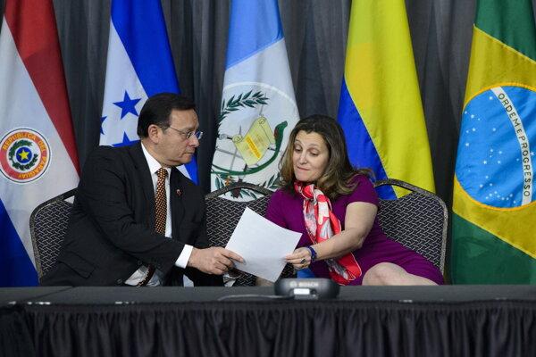 Ministerka zahraničných vecí Kanady Chrystia Freelandová rokuje s rezortným kolegom z Peru Popoliziom Bardalesom v rámci Limskej skupiny v Ottawe.