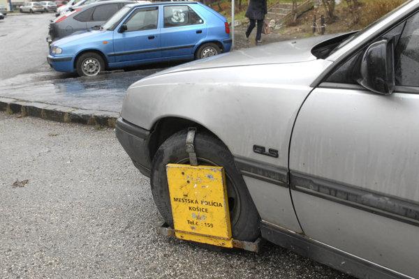 Mestskí policajti vlani v 11 941 prípadoch nasadili papuču na auto.