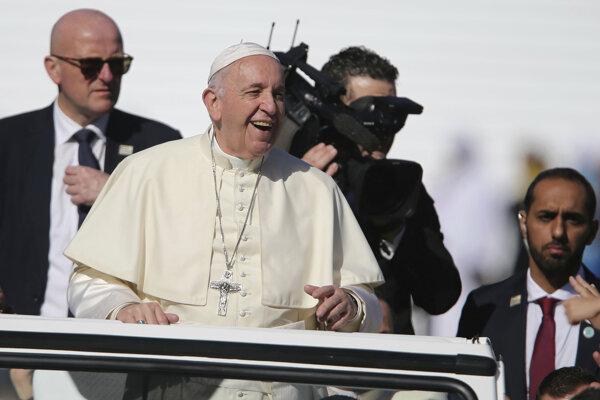 Pápež František sa počas príchodu na slávnostnú omšu na štadióne šejka Zajda v Abú Zabí v Spojených arabských emirátoch.