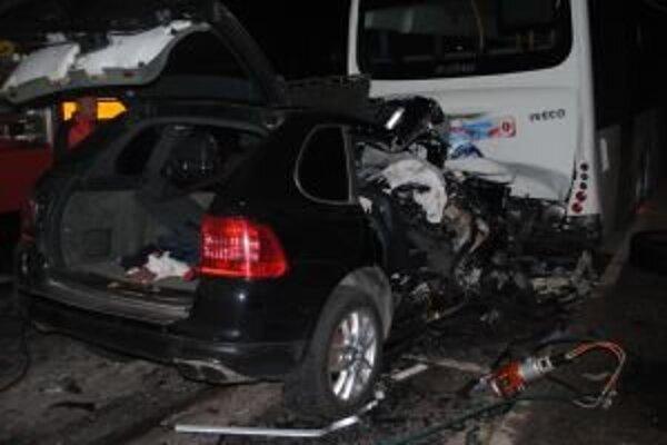 Pri nehode na mieste ťažkým zraneniam podľahli vodič aj jeho rovnako starý spolujazdec.