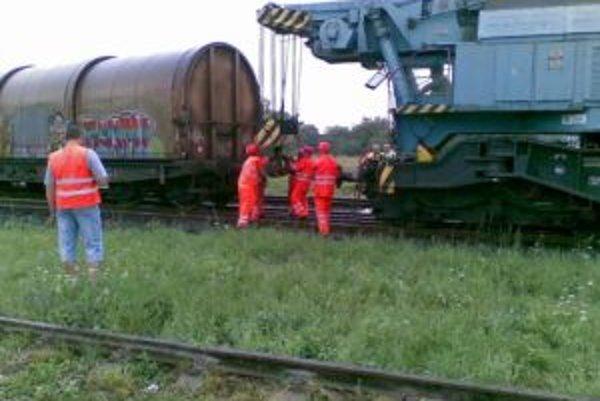 Na miesto nehody už prišiel nehodový vlak, ktorý sa pokúsi pomocou žeriavu preložiť vlak a spojazdniť aspoň jednu koľaj.