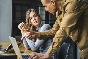Na sociálnych sieťach by ste sa nemali verejne sťažovať na svoju prácu a vyzrádzať pracovné detaily. Ak si potrebujete ventilovať pracovné problémy, robte tak radšej súkromne.