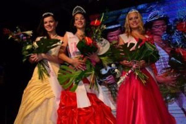 Víťazky  súťaže Miss nepočujúca. Miška Celengová (zľava), víťazka Erika Ďuricová a druhá vicemiss Nikola Slezáková.