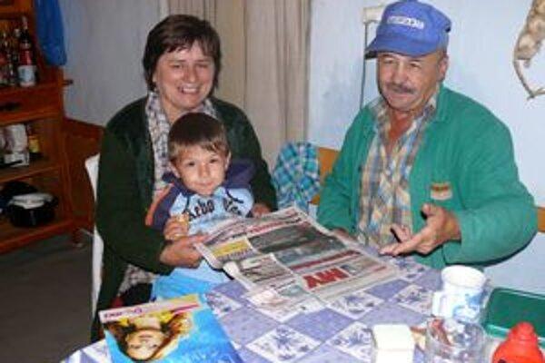 Pani Milka s priateľom a vnukom Maťkom. Život na Poľane by za mestský nevymenila.