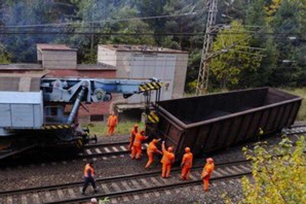 Cestujúci by mali počítať s meškaním vlakovej dopravy ešte niekoľko dní.